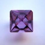 Kristal van chroom-aluin, KCr(SO4)2. Chroom(III) zorgt voor de kleur.