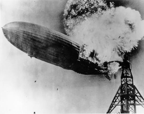 Hindenburg zeppelin gevuld met waterstof. Hetgeen dat je ziet branden is vooral de coating van de ballon, omdat het warme waterstof veel te vluchtig is en het brand met een kleurloze vlam.
