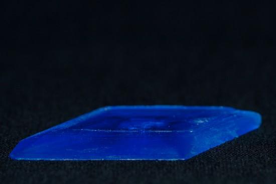 Een groot kopersulfaat kristal (~ 4 cm)