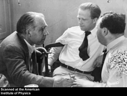 Niels Bohr, Werner Heisenberg, en Wolfgang Pauli. Afbeelding via Wikipedia en licentie onder fair use.