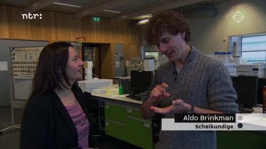 Still uit het NTR-programma De Kennis Van Nu waarin Aldo uitlegt wat er zo speciaal is aan het nieuws van de ontdekking van elementen 113, 115, 117 en 118.